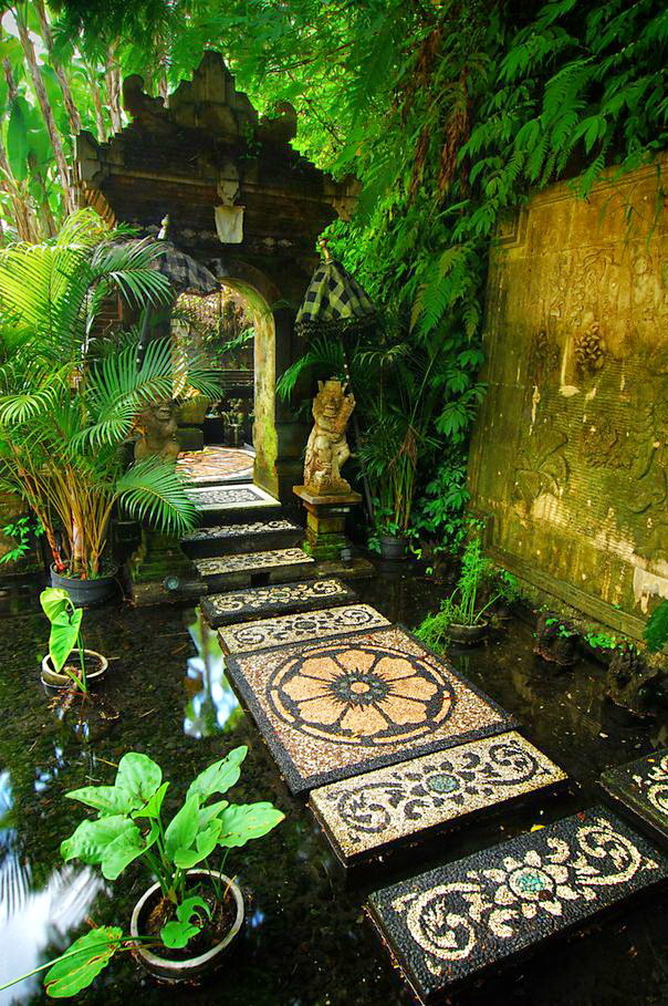 """Path to the shrine, Bali / Indonesia ."""